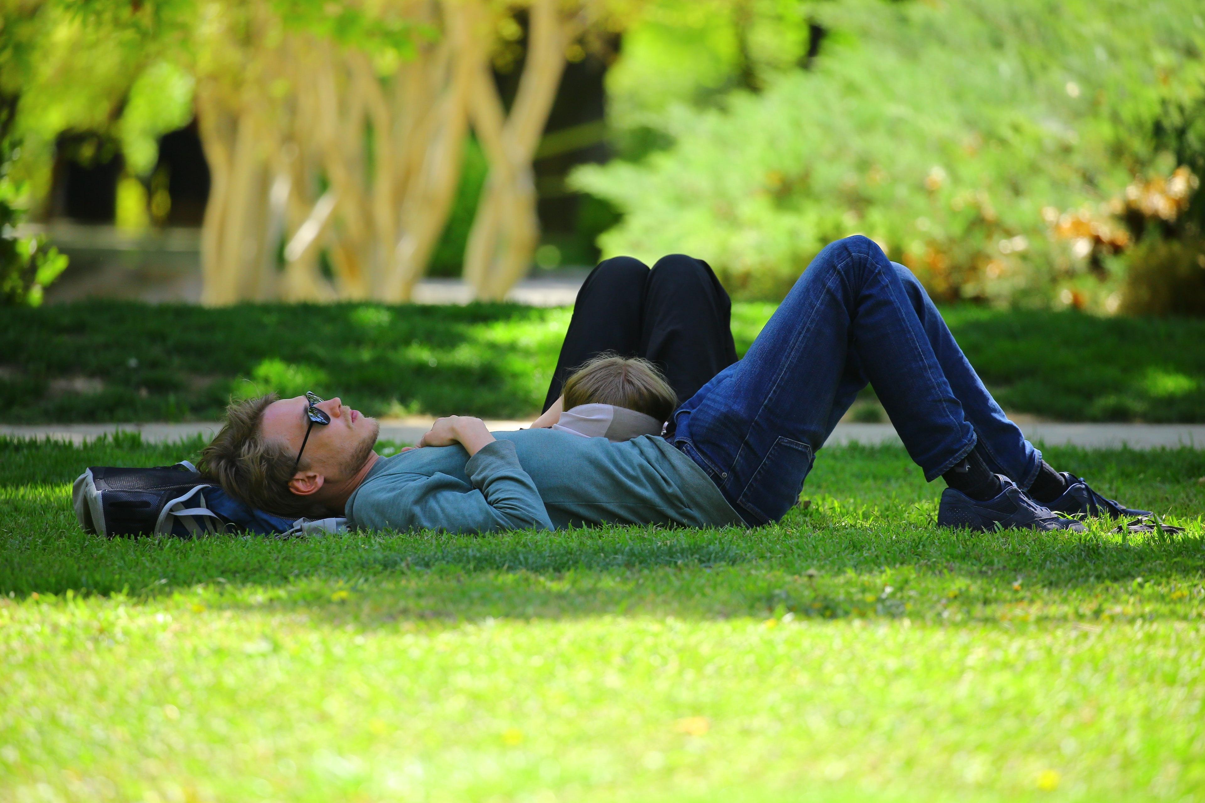 Mennesker som ligger på gresset