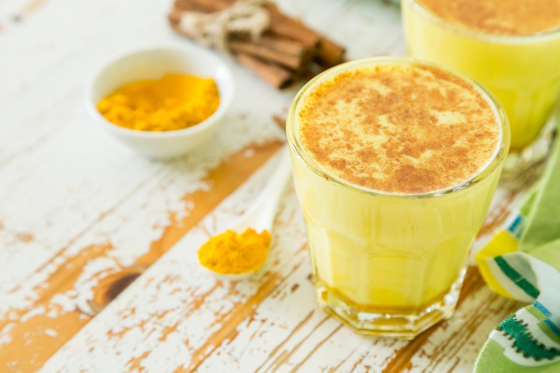 Et glass med gul melk inneholdende gurkemeie