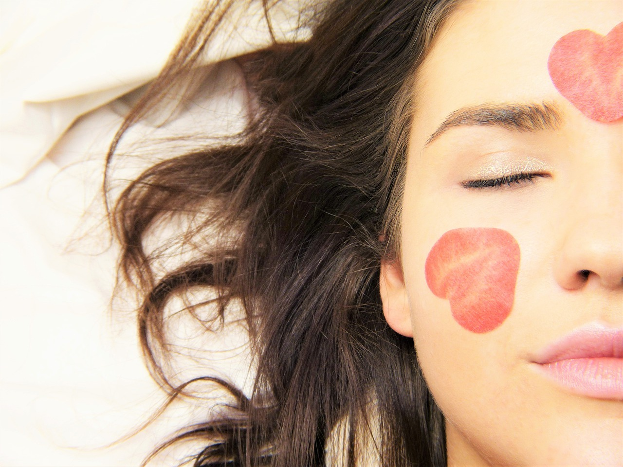mørkhåret kvinne med jordbærflekker i ansiktet