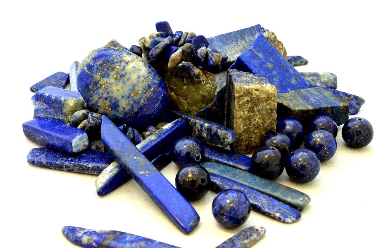 en samling blå steiner Homeopati ved mentale utfordringer