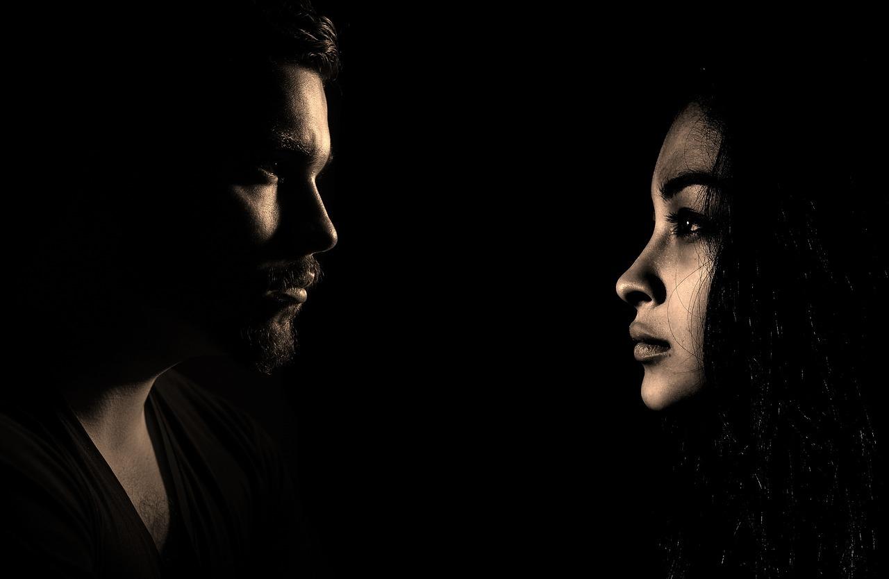 Mann og kvinne ansikt på sort bakgrunn