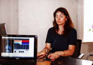 Mørkhåret kvinne måles med electro interstital scan