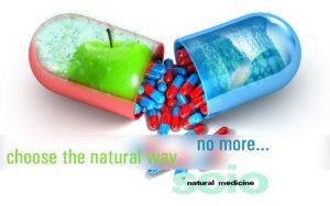Kapsel delt i to inneholdende et grønt eple og en drøss røde og blå piller