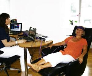 Konsultasjon hos homeopat anita hus med pasient i harness
