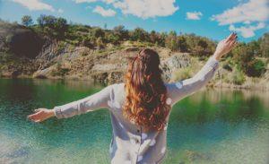 mørkhåret kvinne foran en grønn sjø